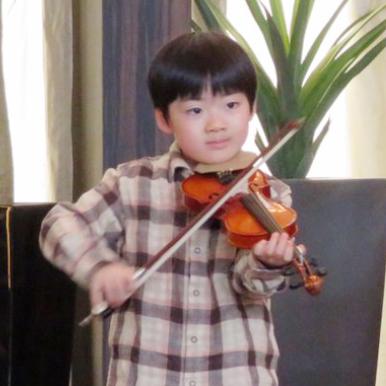 バイオリン発表会リハーサル風景。幼稚園男子