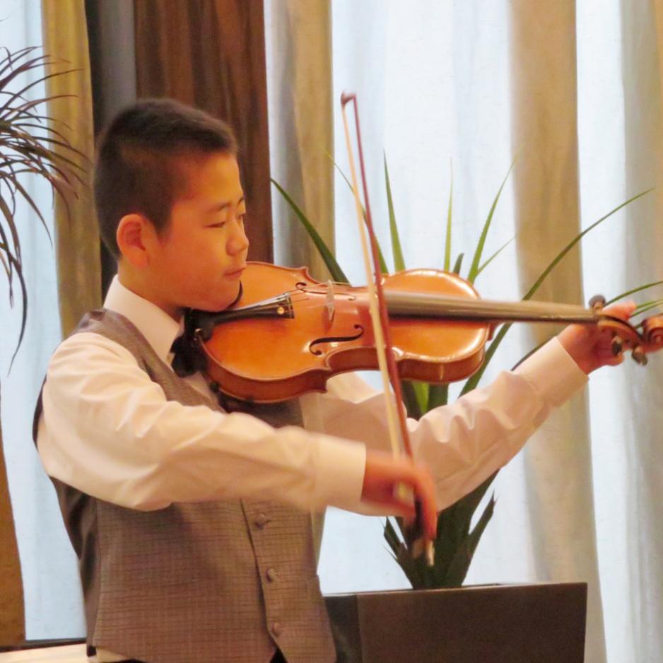 バイオリン発表会写真。演奏は中学生男子