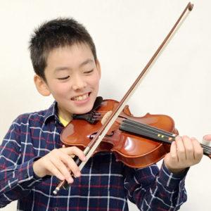 バイオリンレッスンの様子。受講は男子小学生。