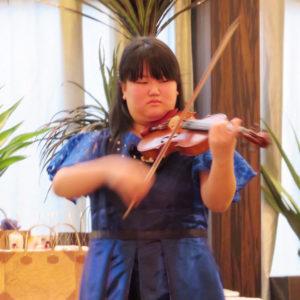 バイオリン発表会の写真。演奏は女子中学生。