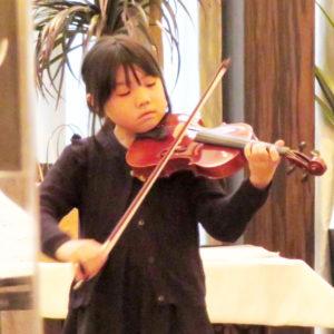 バイオリン発表会の様子。演奏は女子小学生。