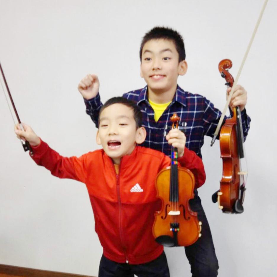 バイオリンレッスン兄弟で受講。楽譜読む練習
