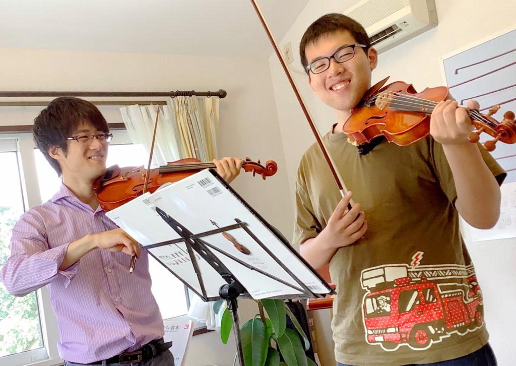 バイオリンレッスンの様子。大人の生徒。