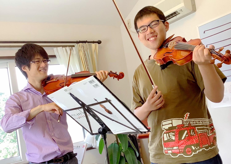 バイオリンレッスンの様子。受講は大人の生徒