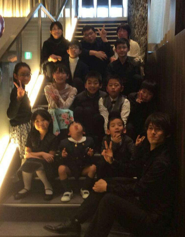 バイオリン発表会の生徒集合写真。