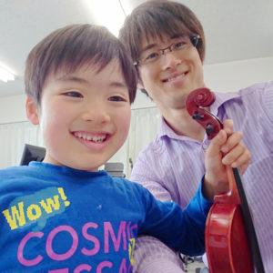 バイオリンレッスン写真。男子幼稚園の生徒。